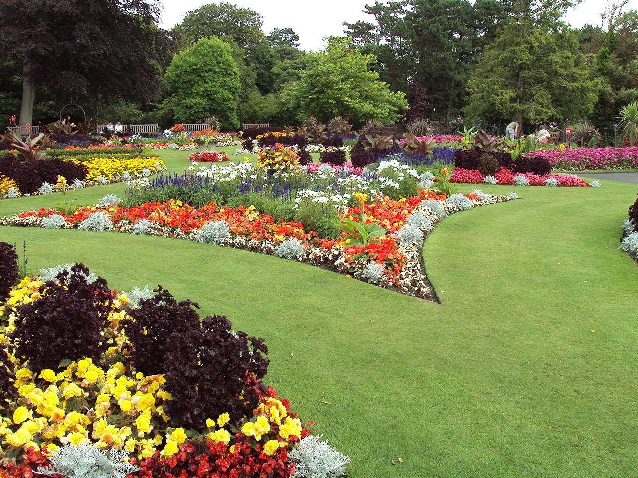 Modern garden still influence by Victorian style Photo by: Rept0n1x